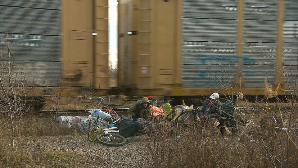 Une dizaine de sans-abri ont été délogés de leur campement au centre-ville de Moncton pour des raisons de sécurité.