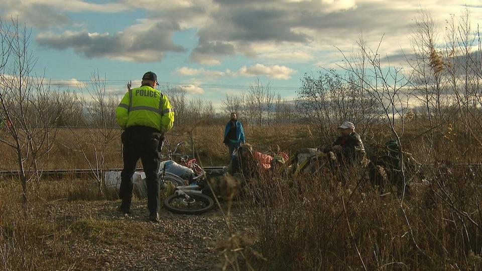 La police a demandé à un groupe d'itinérants de ramasser leurs biens personnels jeudi, car leur campement allait être démoli.