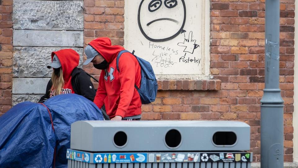 Un graffiti où il est écrit «Homeless Lives Matter Too».