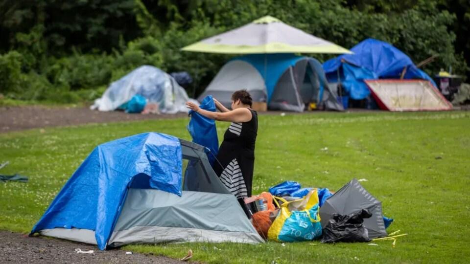 Une femme sans un village de tentes.