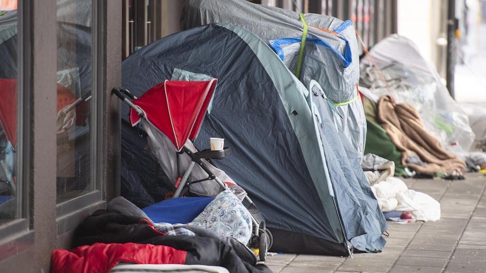 Un petit camp de sans-abri est montré à l'extérieur d'un grand magasin à Montréal.
