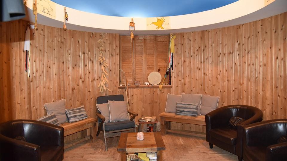 La pièce de guérison traditionnelle du centre Wabano est recouverte de bois avec des éléments traditionnels autochtones