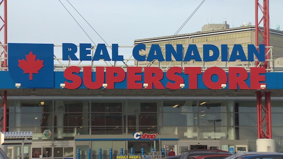 L'enseigne d'un magasin Real Canadian Superstore sur la rue Southport Road à Calgary.