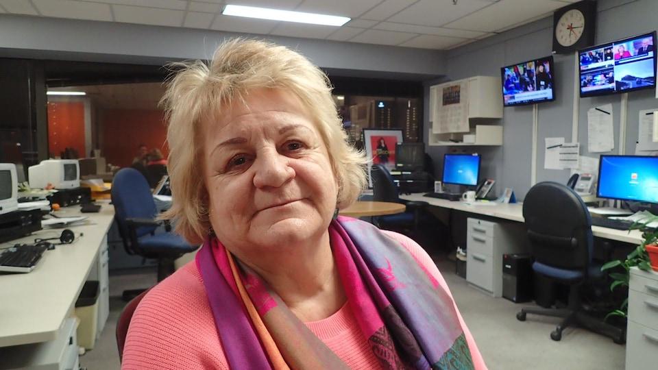 Doris Provencher dans les studios de Radio-Canada.