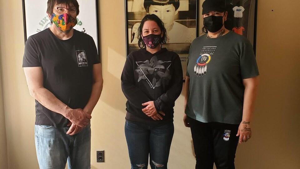 Le directeur du centre d'amitié autochtone et métis de Saskatoon, Robert Doucette à côté des thérapeutes Shauna Watcheson et Charleen Cote.