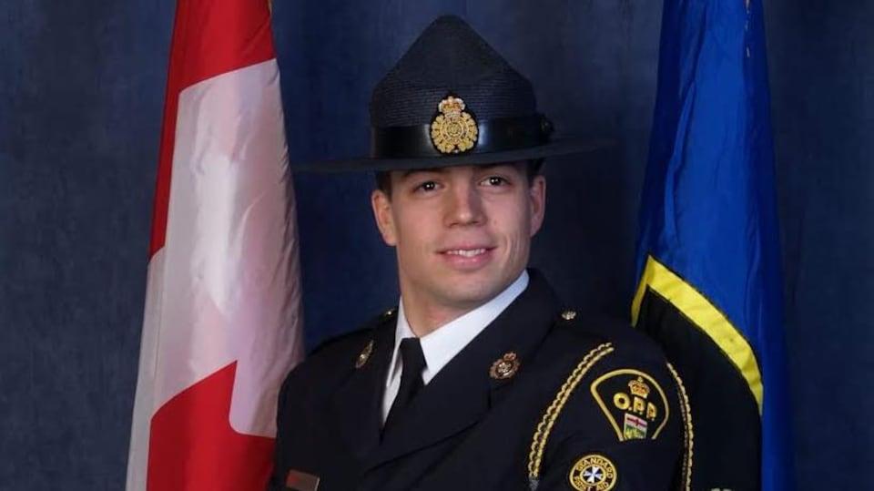 On voit le sergent Sylvain Routhier, de la PPO, en costume d'apparat.