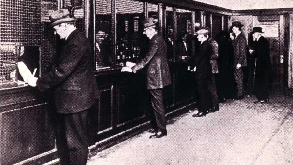 photo ancienne hommes derrière un comptoir
