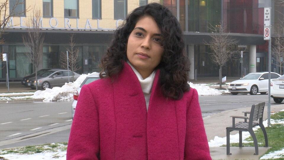 Sara Singh répond aux questions d'un journaliste devant le centre de soins urgents de Brampton.