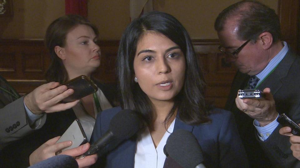 La chef adjointe du NPD Sara Singh répond aux questions des journalistes.