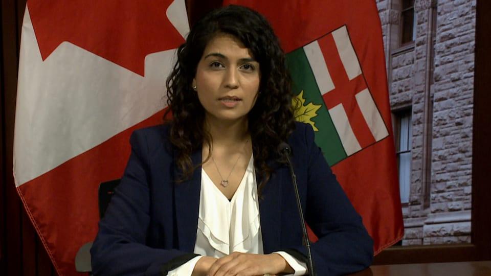 Sara Singh, chef adjointe du NPD, fait une déclaration en conférence de presse à Queen's Park.