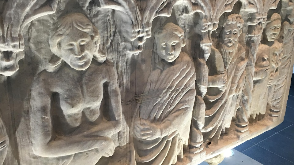 Un sarcophage romain créé au deuxième siècle, par exemple, est arrivé à Granby en 1953 et sera visible en permanence dans le hall de la bibliothèque municipale.