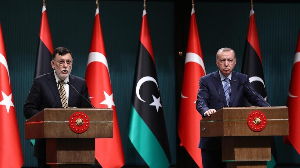Le président turc Recep Tayyip Erdogan (à droite) et le premier ministre libyen Fayez al-Sarraj (à gauche).