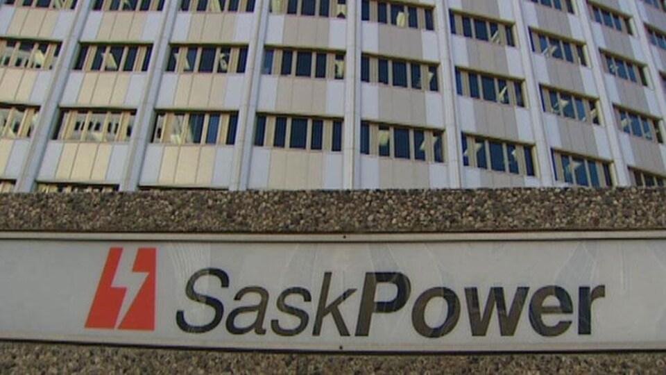 Enseigne de SaskPower devant la tour SaskPower à Regina.