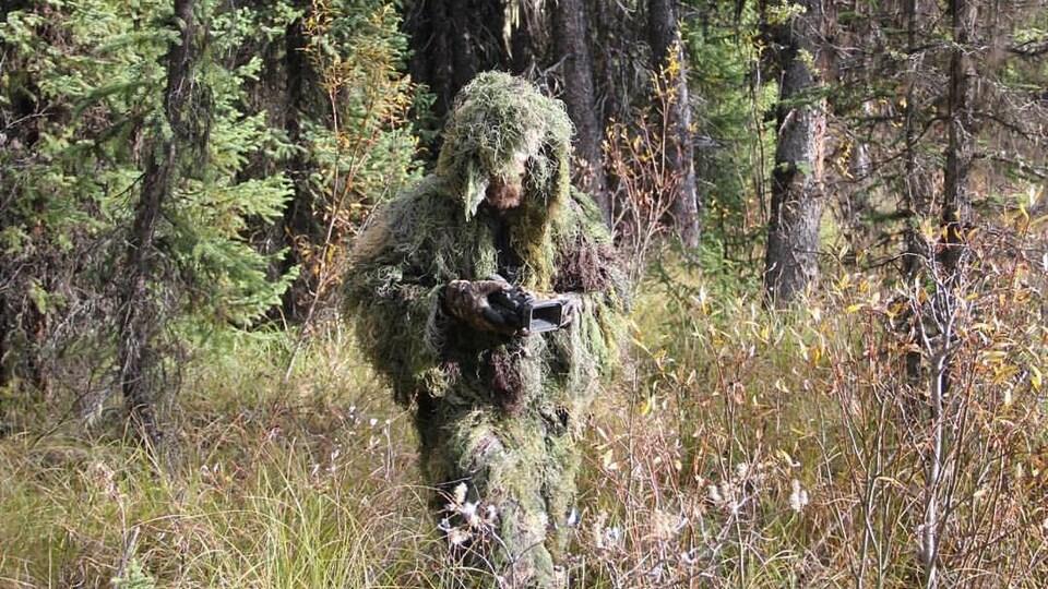 Todd Standing traque le sasquatch dans un costume camouflage fait maison.