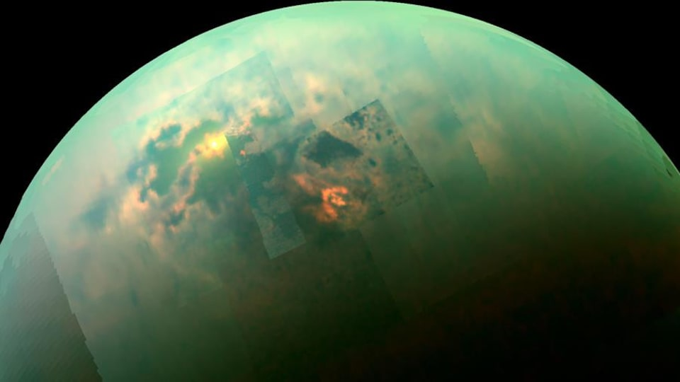 Image mosaïque recomposée captée par Cassini montrant les rayons solaires brillant dans les mers polaires de Titan.