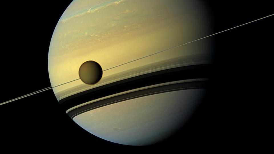 Image de la lune Titan en orbite autour de la planète Saturne.