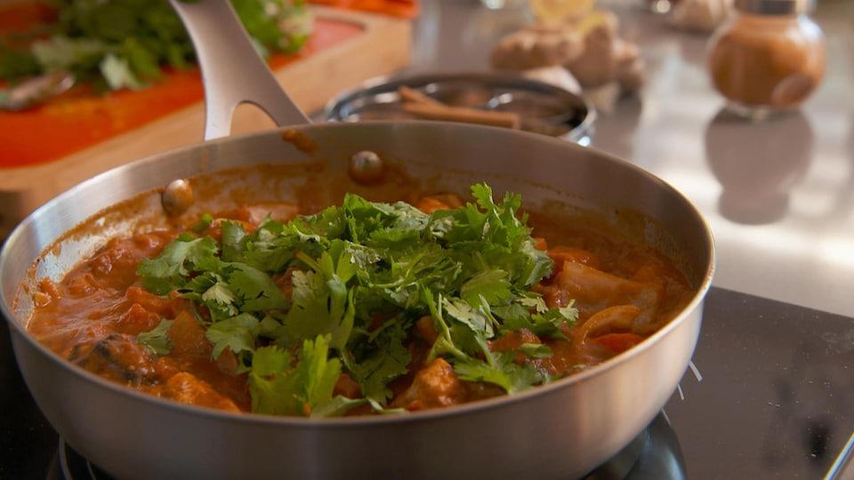 Un plat de poulet tikka masala dans un poêlon