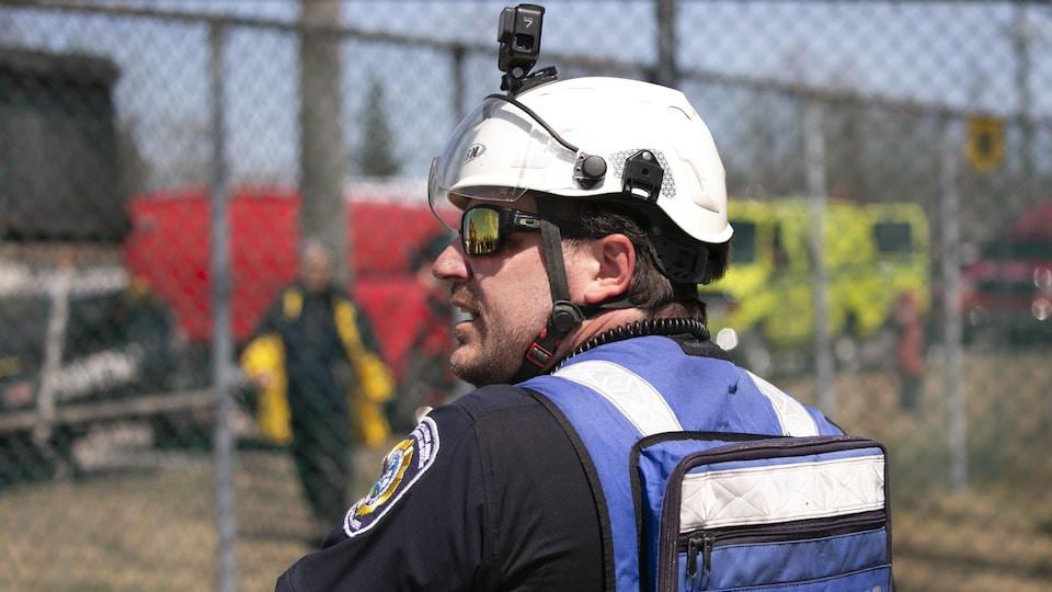 M. Dussault porte une veste de flottaison et un casque, sur lequel une caméra de type GoPro a été installée.