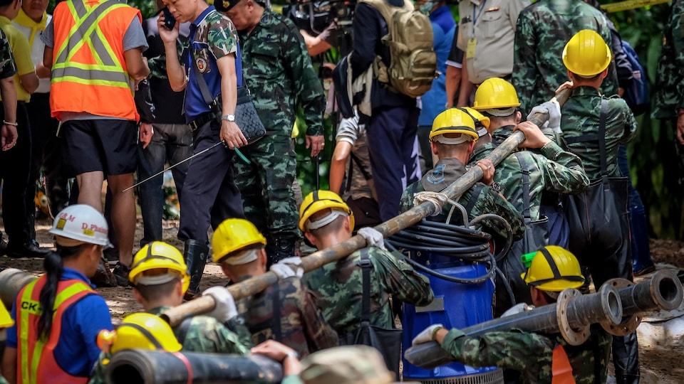 Les sauveteurs, avec l'aide de spécialistes venus des quatre coins du globe, continuent de pomper le maximum d'eau de la grotte afin de faciliter la sortie des enfants et de leur entraîneur.