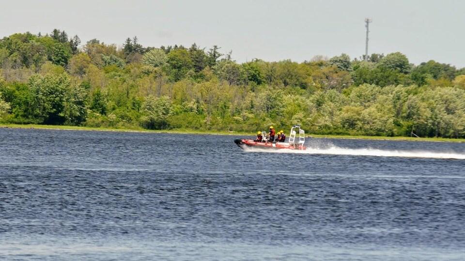 Un bateau de secours sur l'eau.