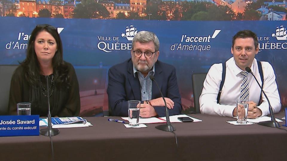 La vice-présidente du comité exécutif, le maire Régis Labeaume et le conseiller municipal de Saint-Roch—Saint-Sauveur, Pierre-Luc Lachance