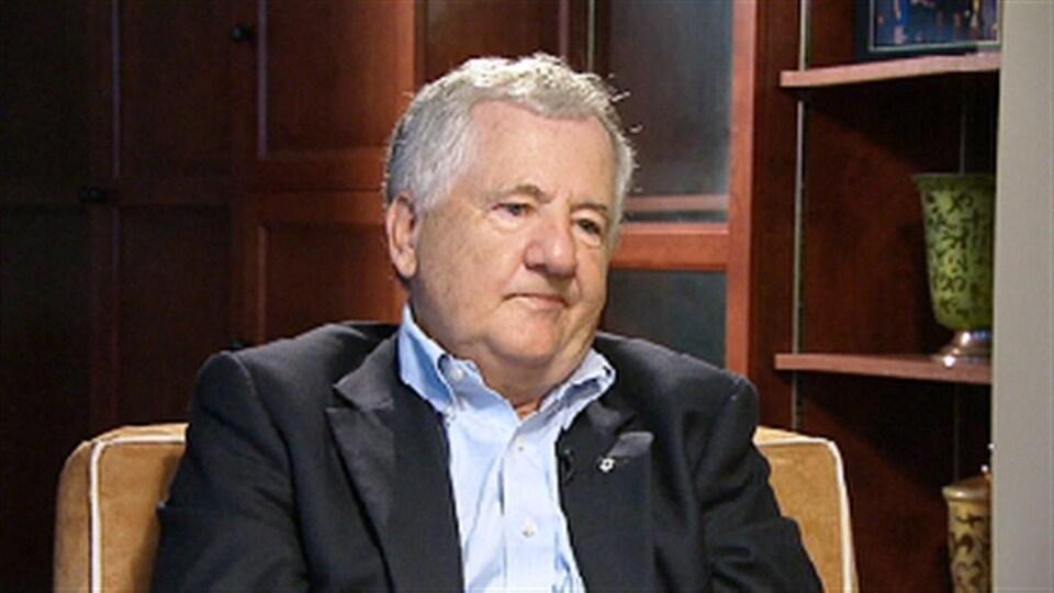 Donald Savoie en entrevue dans son bureau