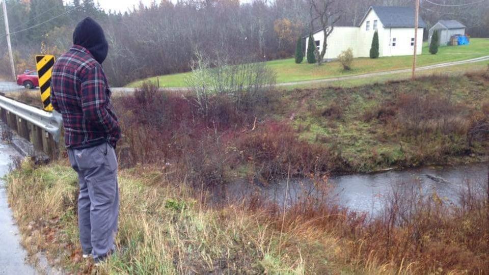 Un homme examine l'endroit où l'accident s'est produit.