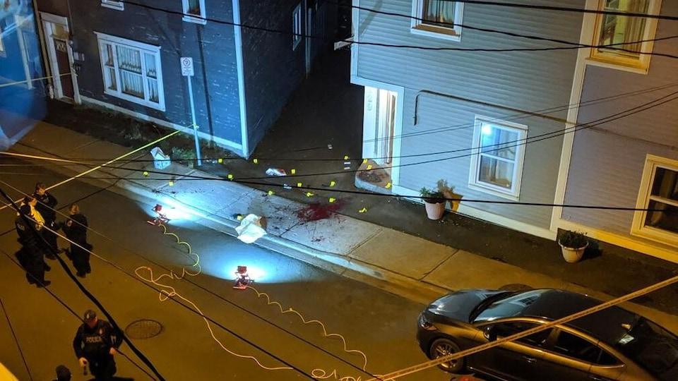 Du sang sur le trottoir photographié d'un appartement en hauteur.