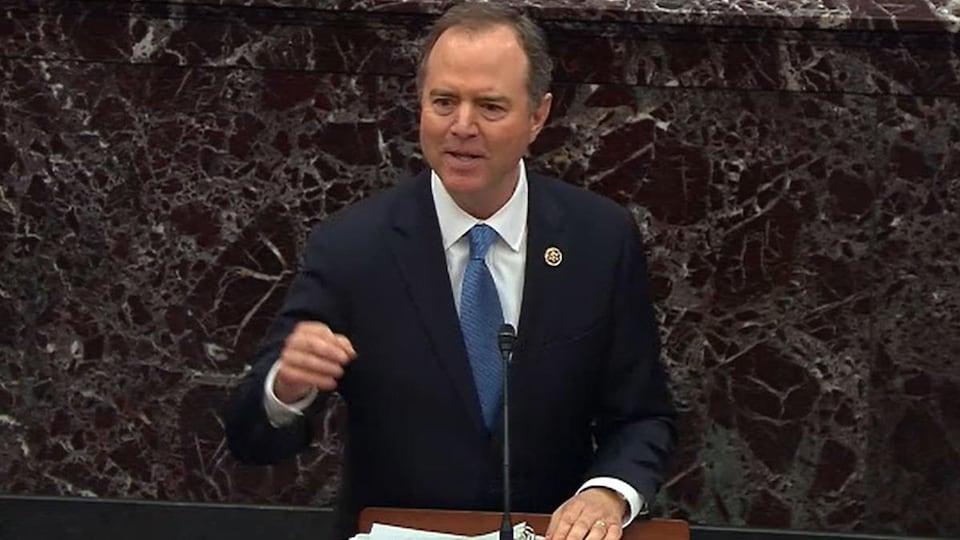 Adam Schiff, la main levée, s'adressant aux sénateurs.