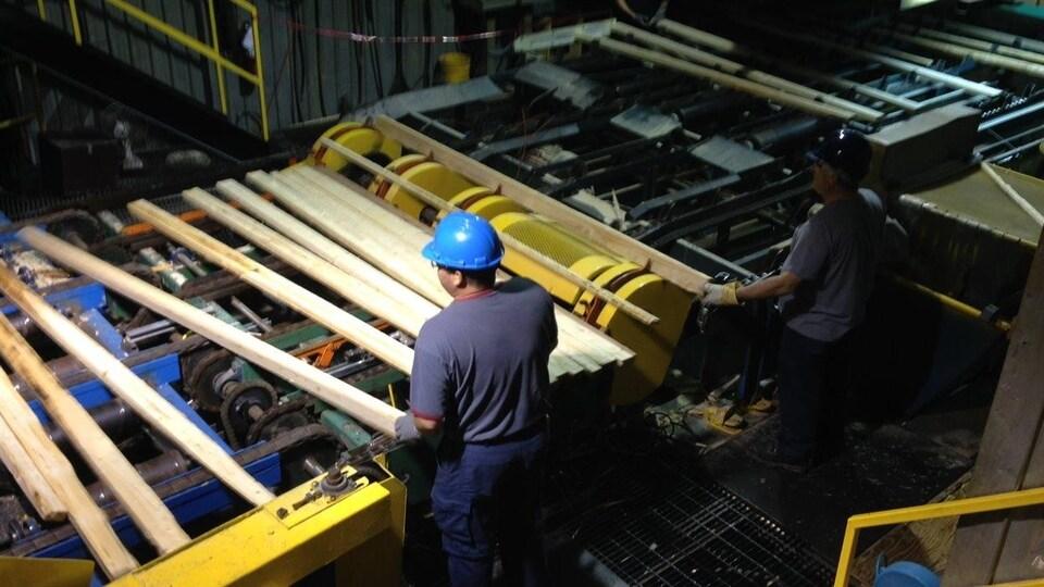 Travailleurs dans une scierie.