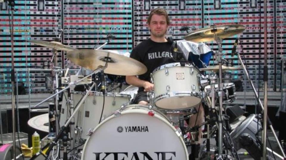 Scott Johnson joue de la batterie.
