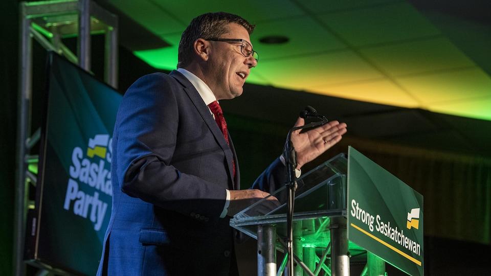 Le chef du Parti saskatchewanais, Scott Moe, lors de son discours à la suite de sa victoire au élections provinciales.