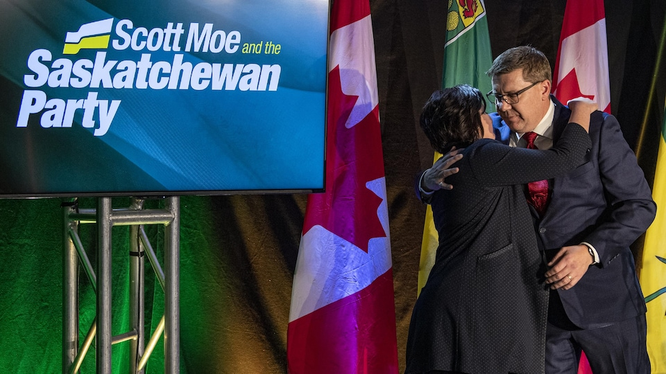 Scott Moe enlace sa femme Krista à la suite de sa victoire lors des élections provinciales en Saskatchewan.