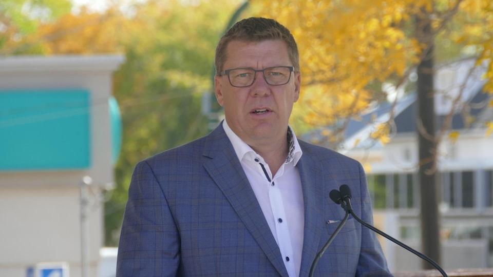 Le premier ministre de la Saskatchewan, Scott Moe, lors de l'annonce du futur projet des centres de soins d'urgence.