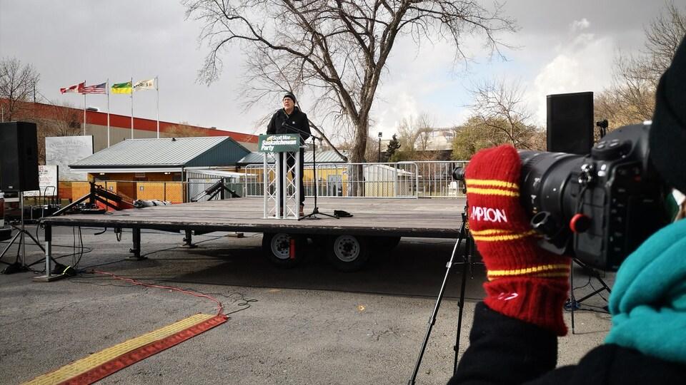 Scott Moe sur une scène prononçant un discours.