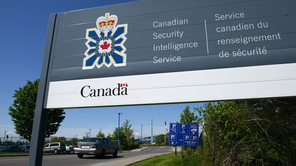 Le panneau du Service canadien du renseignement de sécurité devant un édifice.