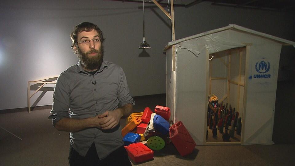 Le sculpteur Mathieu Gotti accorde une entrevue à la caméra.
