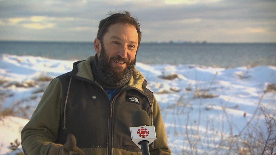 Stéphane Lachance en entrevue devant la mer.