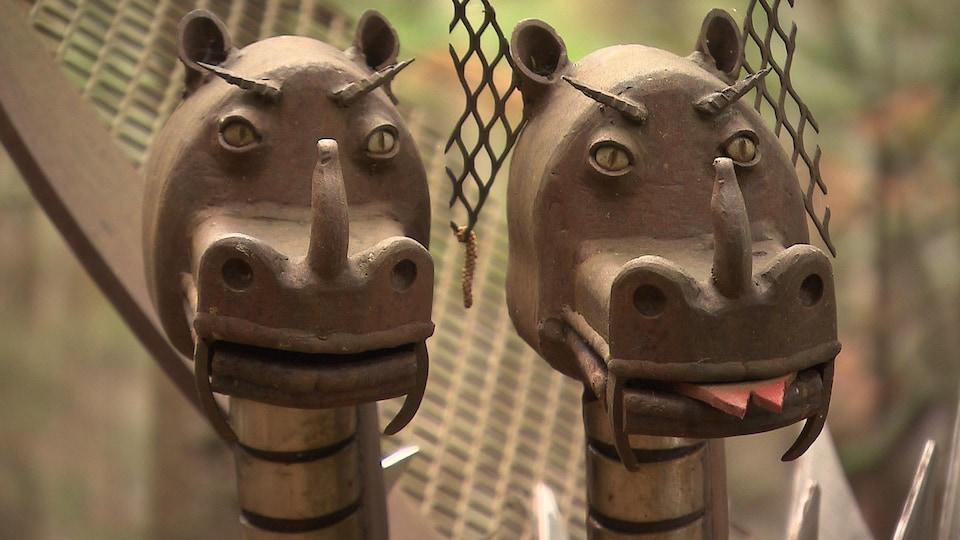 Deux têtes de dragon en fer