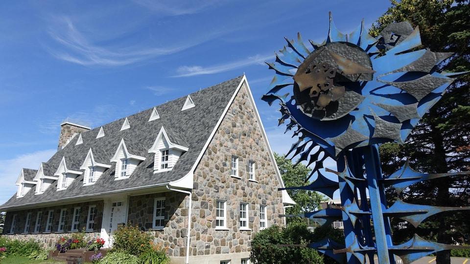 La sculpture « L'arbre de la nation » de Luc Bernard Duquette, près des bureaux de la Société nationale de l'Est du Québec à Rimouski.