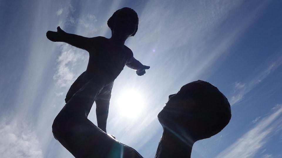 La sculpture « Première envolée » de Roger Langevin au parc Beauséjour de Rimouski.