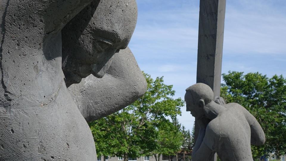 La sculpture « Les bâtisseurs » de Roger Langevin au parc Beauséjour de Rimouski