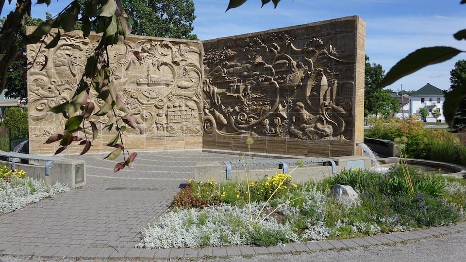 La murale « Le Trimural » conçue par Roger Langevin en collaboration avec un groupe de penseurs de l'Université du Québec à Rimouski (UQAR).