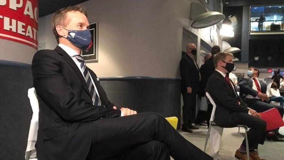 Seamus O'Regan et Andrew Furey assis sur des chaises.