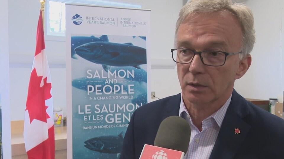 Le secrétaire parlementaire du ministre des Pêches et Océans, Sean Casey, lors d'un point de presse.