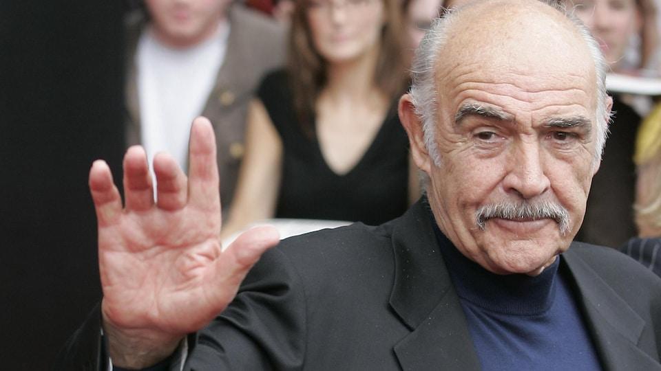 L'acteur arrivant sur un tapis rouge.