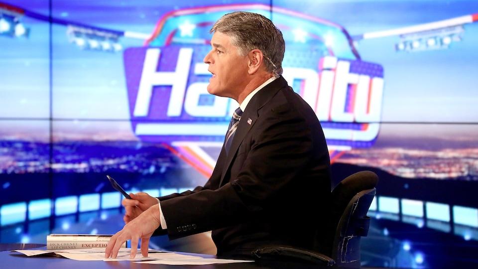 Le présentateur de la chaîne d'informations Fox News Sean Hannity sur le plateau de son émission quotidienne.