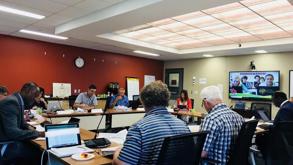 Les membres du CSF réunis dans une salle pour leur séance régulière