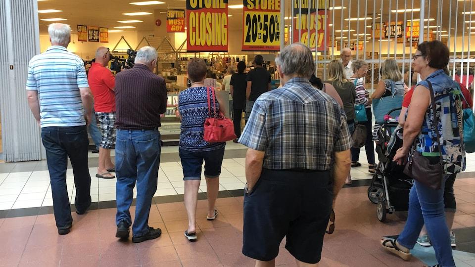Une foule qui se rassemble devant le magasin Sears de Bathurst pour profiter des soldes de fermeture.