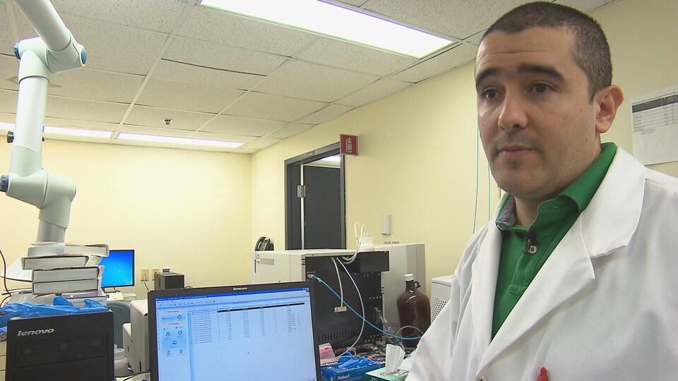 Sebastian Sanchez, finissant à la maîtrise en génie civil à l'Université de Sherbrooke et ingénieur en environnement